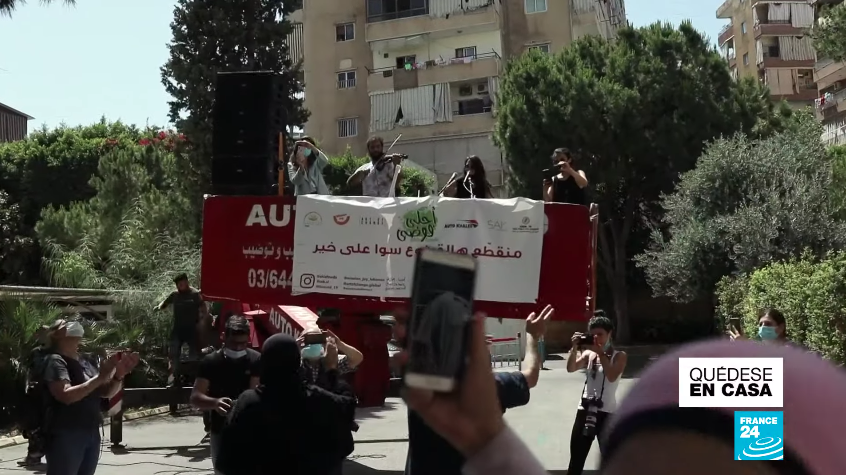 Joy Fayad y Oliver Maalouf ofrecen un concierto en honor al personal médico, en Beirut, Líbano.