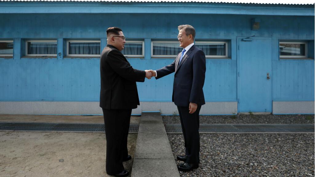 Les dirigeants des deux Corées se serrent la main le long de la ligne de démarcation, le 27 avril 2018.