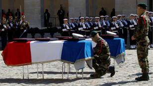 Les dépouilles de Cédric de Pierrepont et Alain Bertoncello, tués en sauvant des otages français, dans la cour des Invalides, à Paris, le 14 mai 2019.