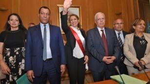 مرشحة حزب النهضة التي انتخبت رئيسة بلدية العاصمة التونسية سعاد عبد الرحيم (وسط) في 03 تموز/يوليو 2018