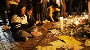 Un grupo de personas realiza una vigilia a las afueras del hospital en donde falleció el joven Dilan Cruz en Bogotá. 26 de noviembre de 2019.