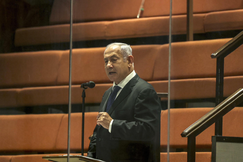 رئيس الوزراء الإسرائيلي السابق بنيامين نتانياهو يتحدث من خلف زجاج، ضمن قواعد الحد من الفيروس، في الكنيست في 2 أيلول/سبتمبر 2021
