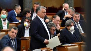 """Le 30 mars 2020, le Parlement hongrois a adopté une """"loi coronavirus"""" assurant au Premier ministre, Viktor Orban, des pouvoirs presque illimités."""