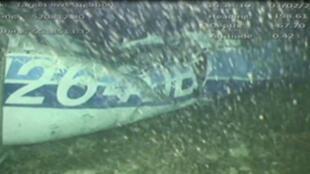 Captura de pantalla de un video que muestra los restos del avión que transportaba al jugador de fútbol argentino Emiliano Sala, sumergidos en el fondo del mar cerca a la isla de Guernsey, 3 de febrero de 2019.