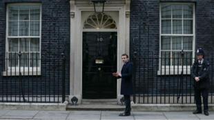 Emmanuel Macron devant le 10 Downing Street, à Londres, la résidence de la Première ministre britannique.