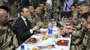 El presidente de Francia, Emmanuel Macron, comparte un cena navideña junto a las tropas francesas de la operación Barkhane en Yamena, Chad, el 22 de diciembre de 2018.