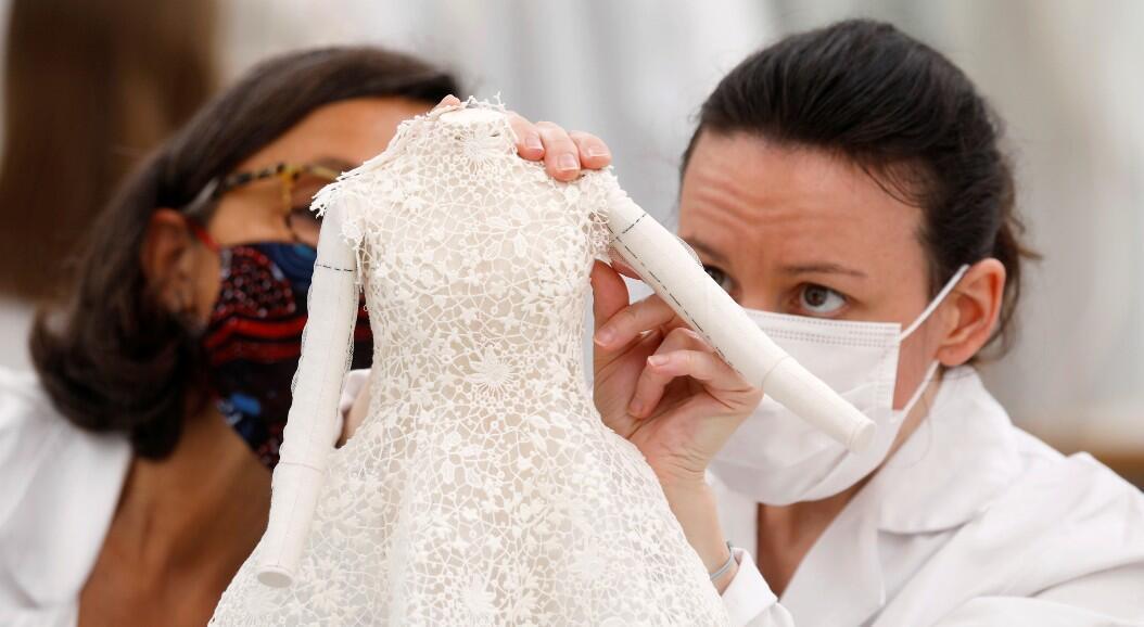 Las costureras trabajan en creaciones en el taller de Dior antes de la presentación de la colección en línea Haute Couture Otoño / Invierno 2020/2021 de la diseñadora Maria Grazia Chiuri para la casa de moda Dior, en París, Francia, el 4 de julio de 2020. Foto tomada el 4 de julio de 2020.
