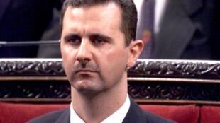 El presidente Bashar al-Assad se prepara el 17 de julio de 2000 para dirigirse al parlamento en Damasco por primera vez desde que asumió el cargo.