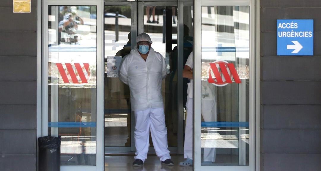 Un trabajador de la salud se encuentra en la entrada de emergencias del hospital Arnau de Vilanova, en medio de un nuevo brote de coronavirus en Lleida, Cataluña, España, el 4 de julio de 2020.