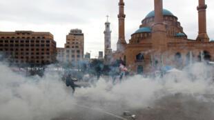 El rastro de humo que deja el gas lacrimógeno durante una protesta que busca evitar que parlamentarios y funcionarios del gobierno lleguen al parlamento para un voto de confianza, en Beirut, Líbano, 11 de febrero de 2020.
