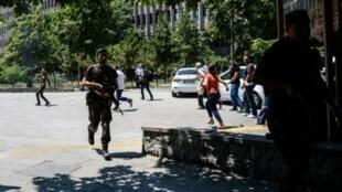 انتشار لقوات الأمن التركية أمام محكمة أنقرة في 18 تموز/يوليو 2016