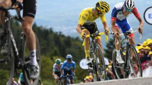 La 19e étape du Tour de France a été arrêtée définitivement en raison de l'état de la route, impraticable en raison d'une averse de grêle.