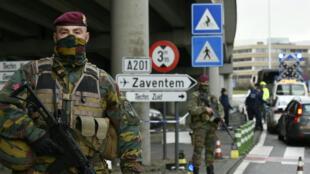 Des policiers et des soldats contrôlent l'entrée de l'aéroport de Bruxelles-Zaventem, le 29 mars 2016.