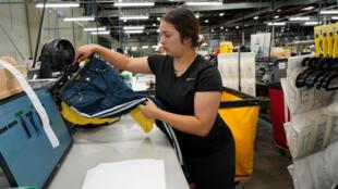 Una trabajadora dobla y empaca ropa en un almacén de alquiler de prendas en California, Estados Unidos, el 5 de septiembre de 2019.