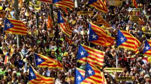 """Los partidarios de la independencia ondean banderas separatistas catalanas, conocidas como """"Estelada"""", mientras asisten a una manifestación en Barcelona, España, el 15 de abril de 2018."""