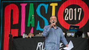 Le leader du parti travailliste Jeremy Corbyn sur la scène du festival de musique Glastonbury