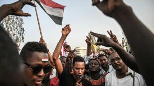 متظاهرون أمام مقر الجيش السوداني في الخرطوم. 19 أبريل/نيسان 2019.