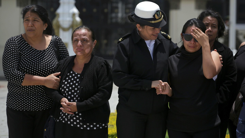 Familiares de los soldados recibieron los restos en el aeropuerto de Ciudad de Guatemala, el 5 de septiembre de 2019.