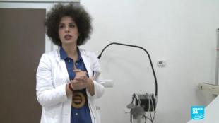 Le docteur Lazarone soigne des migrants dans son cabinet de Palerme, en Italie.