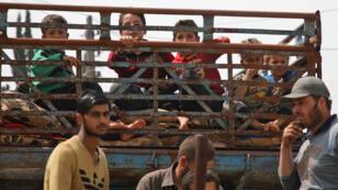 Des déplacés syriens, photographiés le 1ermai, après le bombardement du régime sur les provinces de Hama et Idleb.