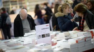 Les visiteurs ont afflué vendredi 20 mars 2015 au Salon du livre, porte de Versailles, à Paris.