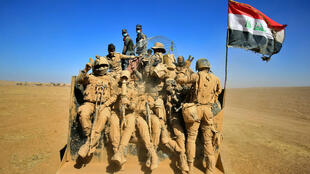 جنود عراقيون يرفعون شارات النصر في الموصل