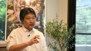 """Le réalisateur japonais Hirokazu Kore-eda, Palme d'or au dernier Festival de Cannes pour son film """"Une affaire de famille"""", lors d'une interview avec l'AFP, le 30 mai 2018 à Tokyo"""