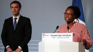 La porte-parole du gouvernement Sibeth Ndiaye au côté du ministre de la Santé Olivier Véran lors d'une conférence de presse le 2 mai 2020 à Paris