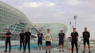 De g à d, les coureurs cyclistes Vincenzo Nibali, Mathieu van der Poel, Chris Froome, Sam Bennet, Adam Yates, Pascal Ackermann et Tadej Pogacar à la veille du départ de l'UAE Tour, à Abu Dhabi