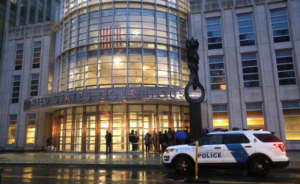 """Un vehículo policial se para afuera del Tribunal Federal de Brooklyn antes del inicio del juicio de Joaquín Guzmán, el narcotraficante mexicano conocido como """"El Chapo """", en la ciudad de Nueva York, EE. UU., el 13 de noviembre de 2018."""