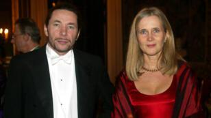 الفرنسي جون-كلود أرنو وزوجته كاتارينا فروستنسون العضو السابقة بالأكاديمية السويدية أثناء وجودهما بالقصر الملكي في ستوكهولم ديسمبر/كانون الأول 2011