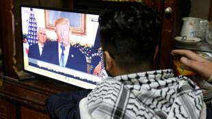 Un refugiado palestino ve una alocución del presidente de los Estados Unidos, Donald Trump, en la que se anuncia que Estados Unidos reconoce a Jerusalén como la capital de Israel, en el campo de refugiados palestinos Al-Baqaa, cerca de Ammán, el 6 de diciembre.