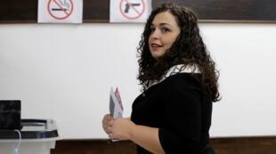 فيوسا عثماني زعيم رابطة كوسوفو الديمقراطية (يمين وسط) تدلي بصوتها في الانتخابات التشريعية