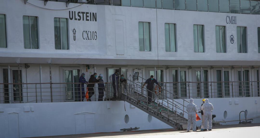Trabajadores del Puerto de Montevideo durante el atraque del buque australiano Greg Mortimer en Montevideo, Uruguay, el 11 de mayo de 2020.