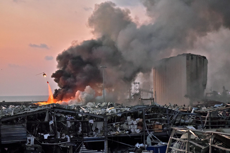Un helicóptero trata de apagar las llamas tras la fuerte explosión que sacudió a Beirut el 4 de agosto.