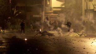 شبان يرشقون قوات الامن بالحجارة في مدينة سليانة بتونس في 16 كانون الثاني/يناير 2021