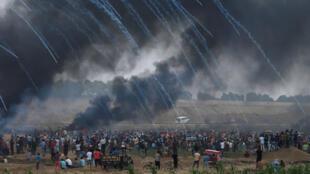 Las fuerzas israelíes disparan gases lacrimógenos contra los manifestantes palestinos durante la sexta Gran Marcha del Retorno, una serie de protestas con las que exigen el derecho para que puedan regresar a su patria. Esto en la frontera entre Israel y Gaza, al este de la ciudad de Gaza, el 4 de mayo de 2018.