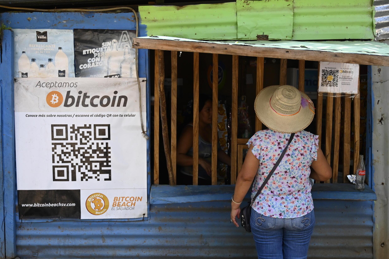 Une femme fait ses courses dans un lagasin qui accete le bitcoin à El Zonte (Salvador) le 4 septembre 2021