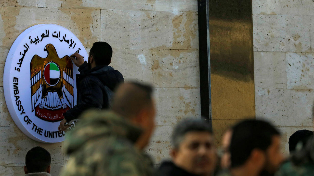 Un hombre trabaja en el emblema de la embajada de Emiratos Árabes Unidos en Damasco durante su reapertura, en Siria, el 27 de diciembre de 2018.