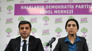 Selahattin Demirtas (g) et Figen Yuksekdag (d), les dirigeants de la principale formation pro-kurde de Turquie, placés en détention.