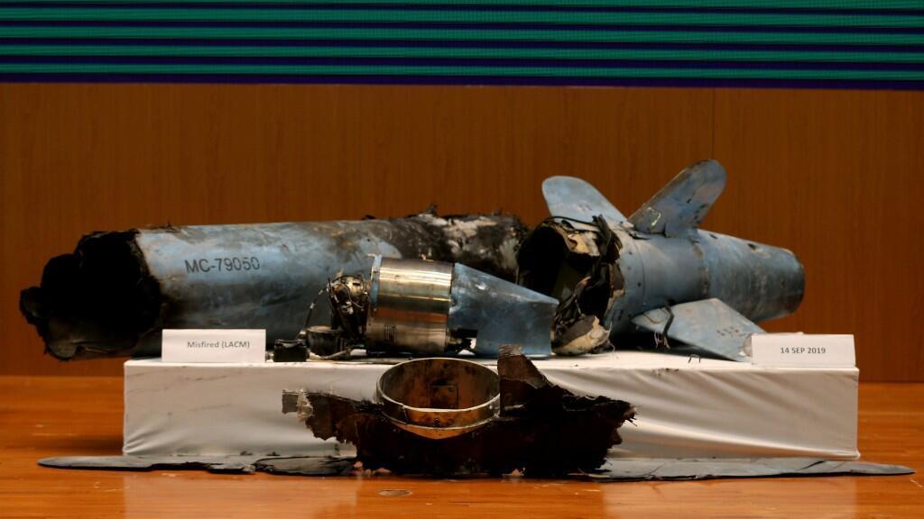 Los restos de los misiles que, según el gobierno saudita, se utilizaron para atacar una instalación petrolera de Aramco, se muestran durante una conferencia de prensa en Riad.