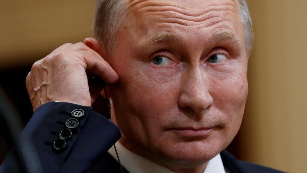 El presidente ruso, Vladimir Putin, escucha mientras el presidente de los Estados Unidos, Donald Trump, habla durante su conferencia de prensa en Helsinki, Finlandia, el 16 de julio de 2018.