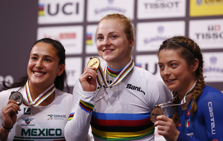 La mexicana Jessica Salazar, a la izquierda, sonríe con la medalla de plata de los 500 metros contrarreloj conseguida en el Mundial de ciclismo en pista de Berlín, Alemania. 29 de febrero de 2020.