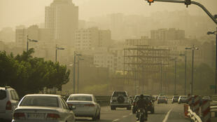 سحابة من الأتربة والغبار تكسو سماء طريق سريع في طهران، 6 يوليو/تموز 2009.