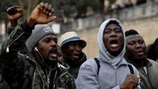 Una protesta contra el racismo después del tiroteo que dejó a seis personas heridas en febrero de 2018 en Macerata, Italia.