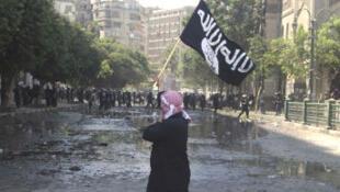 Le drapeau salafiste brandi dans les rues du Caire