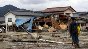 Un hombre mira una casa destruida en la ciudad de Nagano, una de las más golpeadas por el tifón Hagibis, el 15 de octubre de 2019.