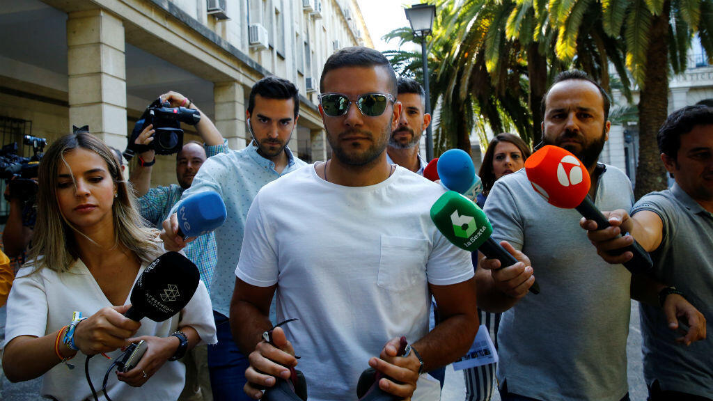 Angel Boza, miembro del grupo conocido como La Manada, sale de un juzgado en Sevilla, España, el 21 de junio de 2019.