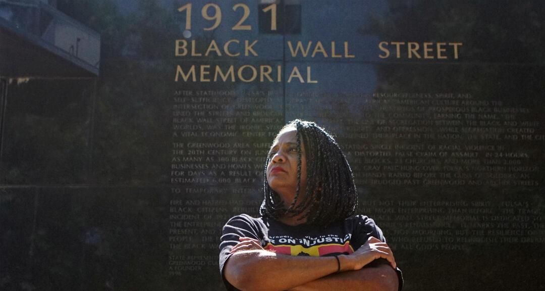 La concejala de Tulsa, Vanessa Hall-Harper, posa para un retrato frente a un monumento a la masacre en Greenwood en 1921. Tulsa, Oklahoma, EE. UU., el 18 de junio de 2020.