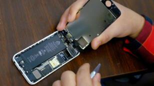 Una batería queda expuesta cuando un hombre intenta reparar un iPhone en una tienda de reparación en Nueva York, el 17 de febrero de 2016.